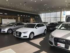 12台展示の新車ショールームと併設。