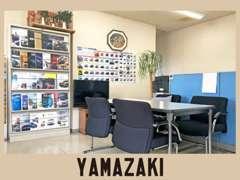 当店の商談スペースです。お客様にあったステキな1台を決めるお手伝いをさせて下さい。