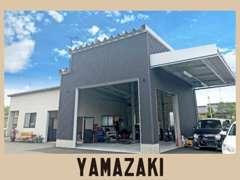 県道150号線沿いに当店があります。車両販売だけでなく、整備もお任せ下さい。ご来店、心よりお待ちしております。