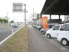 4号線沿いに展示車が並んでいます。どうぞお立ち寄りください♪