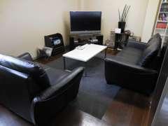 2階が 来客・商談 スペースとなっております。大き目のソファとTVがございますので、ゆったりしてお話いただけます。