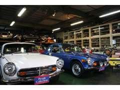 50台近くの屋外展示場に加え、旧車には大切な屋内展示場も完備!