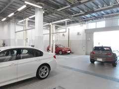 店舗に併設のサービス工場でメンテナンスを行います。BMWを知り尽くしたフタッフが確かな技術で対応します。