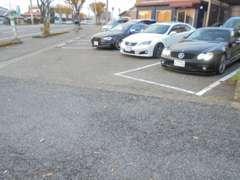 当社脇の建物前も当社駐車場になります。以前よりも広く駐車場を確保致しましたのでお気軽にご来店ください。
