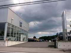 店舗入り口は敷地内を少し進みますと左側にございます。カレボリンク宇都宮店も併設しております。