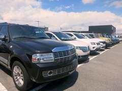 広々とした店舗には、フォードのほかにも認定中古車を取り揃えております!まずは一度ご来店くださいませ!