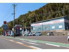 九州運輸局の認証工場です。自社板金塗装工場も併設しており、板金整備、車検整備、販売、買取に自信があります。