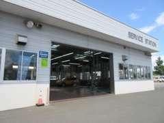 自社工場完備☆ 納車前の整備や納車後のメンテナンスもディーラーの一流メカニックがお客様のお車を丁寧に整備いたします!