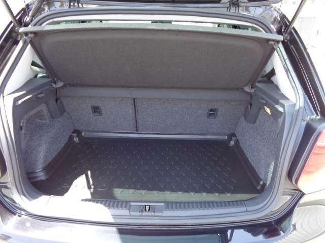十分な容量が確保されたトランクスペース。リヤシートの背もたれを倒せばさらに広大なスペースが出来ます。