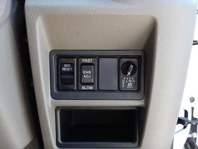 【運転席側インパネ】坂道での発進時に逆行を防ぐEHS(イージーヒルスタート=坂道発進補助装置)スイッチとヒートアップスイッチです♪
