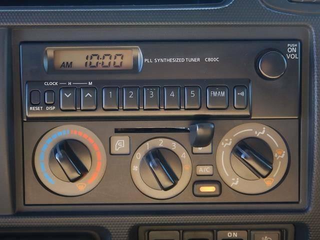 【インパネセンター上部・オーディオ部】純正AM/FMラジオとエアコン操作パネルです。