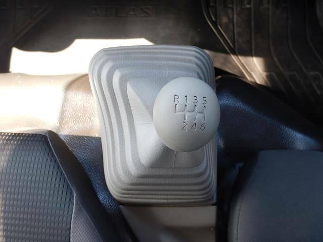 【運転席・助手席間】フロアタイプの6速MTです♪