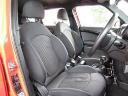 スポーツシート搭載。加速時やコーナリング時のホールド感の高いシートです。
