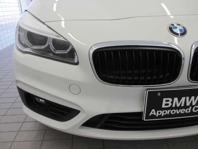 BMWの伝統的なヘッドライト・デザインは『コロナ・リング』と言われる左右4灯ヘッドライトをモチーフにしています。キドニーグリルと相まって、ひと目でBMWだとわかるデザインになっています。