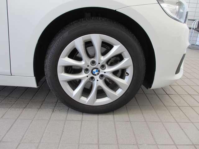BMWのほぼすべてのモデルに『ランフラット・タイヤ』を標準装備しています。もしもパンクした場合でも、そのまま時速80kmまでで航続距離80km走行可能です。立ち往生する事無く、事故も未然に防ぎます。