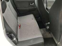 後部座席は、お世辞にも広いとは言えませんが、大人も普通に乗れます。