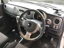 シンプルな運転席まわり。ブラックを基調としたデザインとなります。