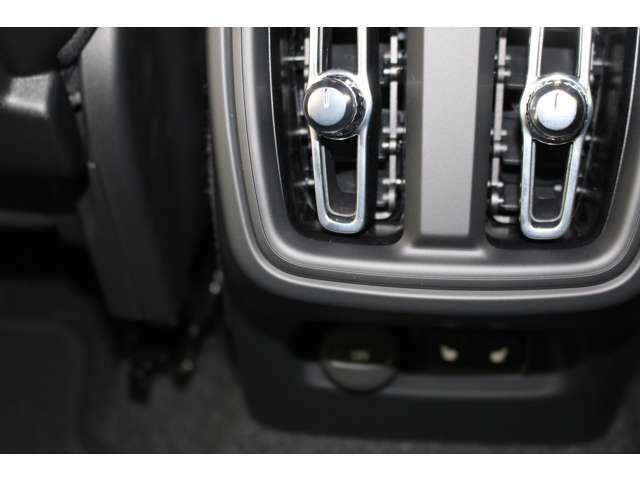 リアシートには、USBタイプCを2口用意しておりゲーム機などの電子機器の電源として利用可能です。また、リアシートの方へもシートヒーターを配備して冬のドライブを快適にお過ごしいただけます。