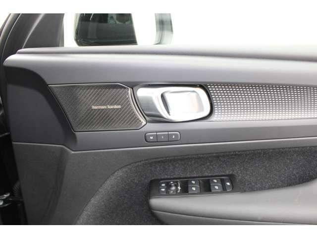 ハーマンカードンプレミアムオーディオが仕込まれてドアノブまでデザインが一体化したトリムは高級SUVにふさわしい質感となっています。