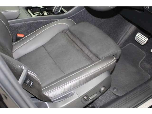 本革シートは、バックスキンと組み合わされステッチが施されています。スゥエーデンのクラフトマンシップが体感できます。運転席助手席は、メモリー付8ウエイパワーシートとなっています。