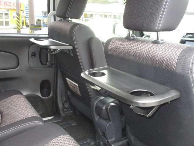 フロントシート背面にテーブルが付きます♪