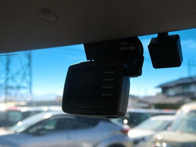 ドライブレコーダー装備☆事故の瞬間などを鮮明な映像で録画してくれます。これからの時代の必需品ですね☆