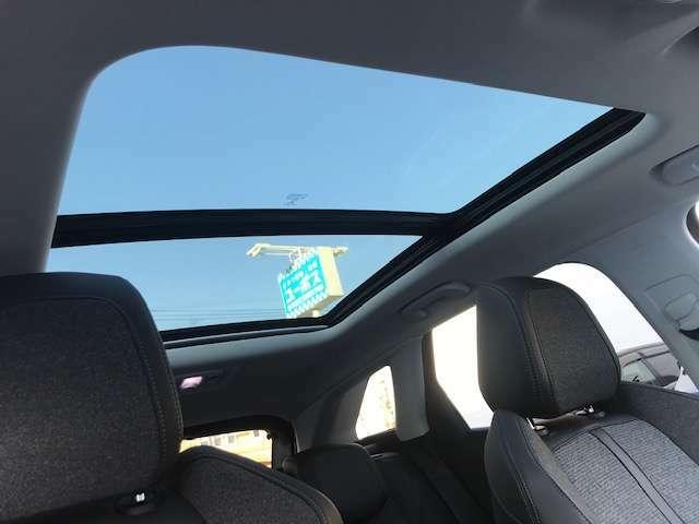 サンルーフがついており窓を開けなくても空気の入れ替えができますね。車内も明るくなりいいこと尽くし♪