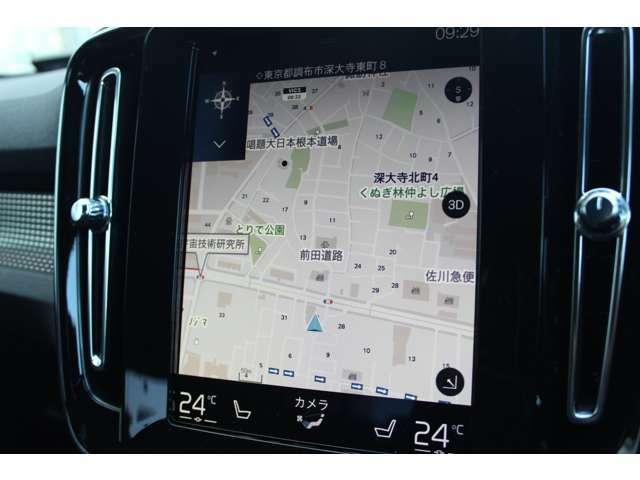 近年のボルボ車に特徴的な縦型9インチディスプレイ。カーナビやオーディオ、安全装備などの操作は、この画面をタッチして行う。