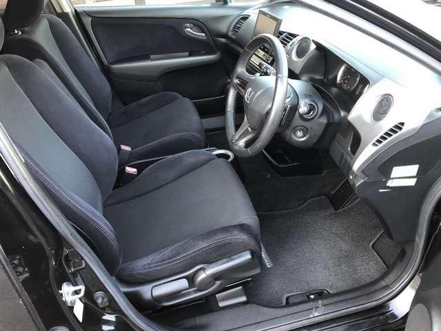 運転席にはシートリフターが付いていますので、自分に合ったポジションで運転する事が出来ます♪シートには焦げ跡等が無く、一番汚れやすいフロアマットもキレイな状態です♪