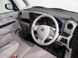明るくカジュアルなアイボリー室内、開放的な運転席まわり。