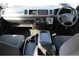 Wエアバッグ/ABS/キーレス/イモビライザー/電動格納式ドアミラー/ETC車載器/フロントオートエアコン/リヤクーラー/リヤヒーターが装備されています。