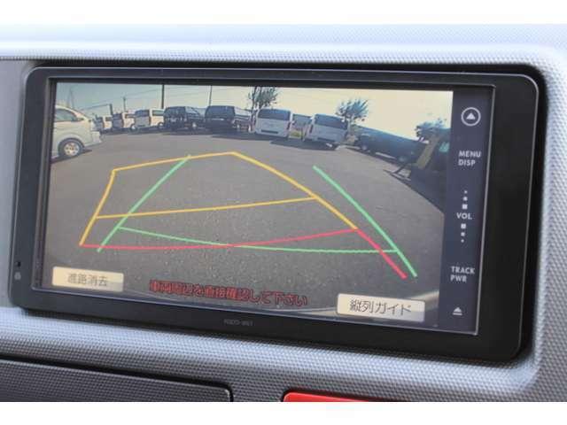 後方の安全確認や駐停車などに便利な純正カラーバックガイドモニターが装備されています。