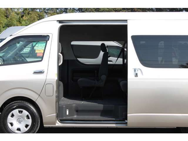 片側パワースライドドアです。イージークローザー(半ドア防止機能)が装備されています。★市販されているグランドキャビンに、両側スライドドアおよびディーゼル車の設定はありません。