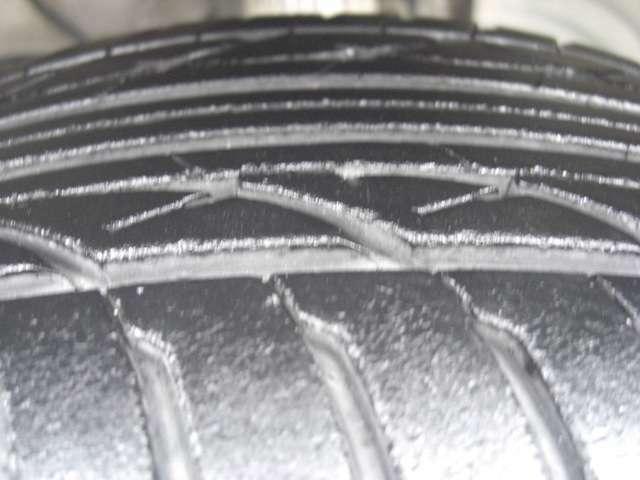 タイヤの残溝です♪当社はタイヤチェンジャー・ホイールバランサーをご用意いし中古タイヤの取り扱いも行っておりますのでタイヤ交換・ホイールバランスもお任せ下さい♪