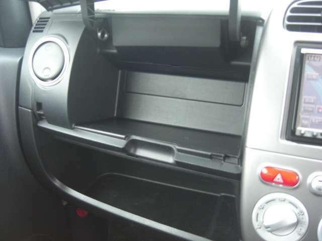 グローブボックスです♪助手席の前にあります収納ボックスです。当車両は下側にも収納ボックスが付いていますので車検証や取扱説明書の保管に便利です♪