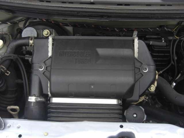 エンジンルームきれいです♪当車両はインタークーラー付きターボ車となります。心地よい加速をお楽しみ下さい♪