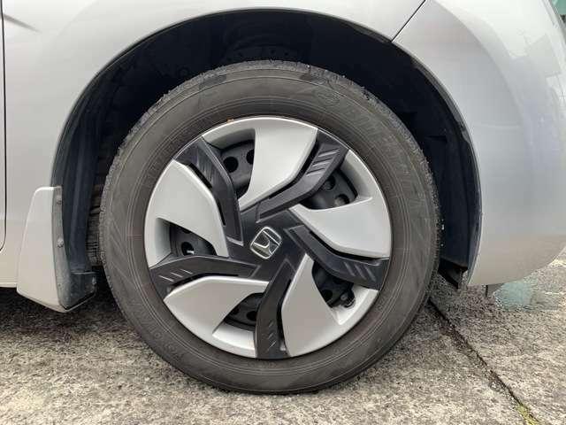 タイヤはノーマルタイヤをはいており、タイヤサイズは185/60R15、タイヤ山はおおよそ前が4分山、後が2分山程度で、後が少なくなってきている印象を受けました。 スペアタイヤレスでパンク修理キット積み