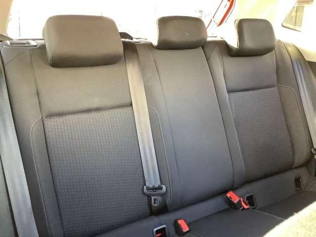 """後席には、陽射しを抑えるとともにプライバシーの保護、室内の快適さや安心感を高めるUVカット機能付の""""ダークティンテッドガラス""""を採用しています。"""