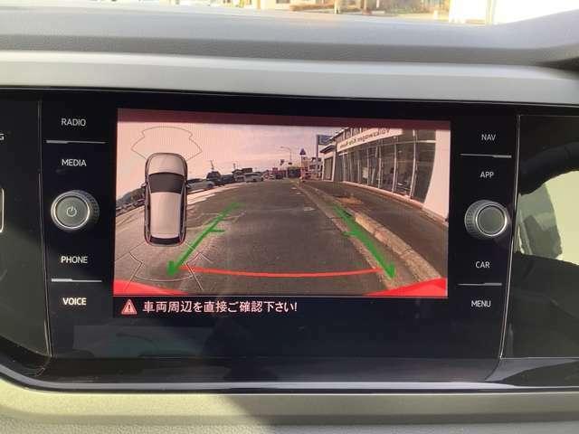 リアビューカメラ(バックカメラ)標準装備。ギアをリバースに入れると車両後方の映像を映し出します。画面にはガイドラインが表示され、車庫入れや縦列駐車などの際に安全確認をサポートします。