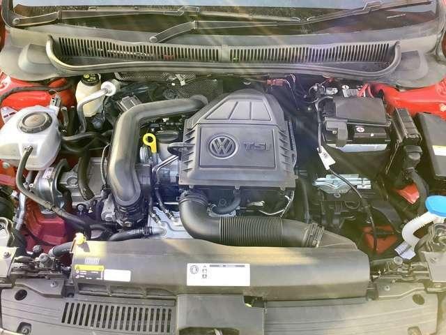 メンテナンスの行き届いた綺麗なエンジンルームです。1000CCガソリンターボエンジンにより、燃費を向上させながら力強いパフォーマンスを発揮します。消耗品交換から車検までVW北京都にお任せ下さい。
