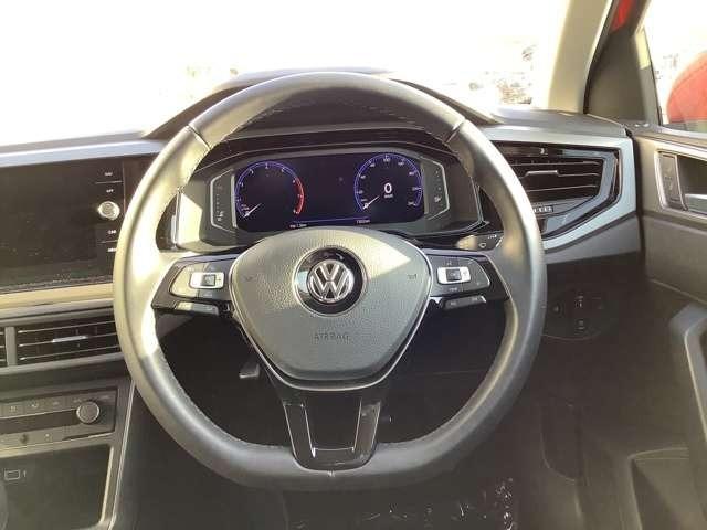 レザーマルチファンクションステアリングホイール。オーディオ機能や各種メニュー機能、ドライビングアシスト機能がステアリングから手を離さずに操作でき、快適なドライビングをサポートします。