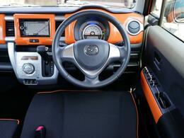 ブラックのシートにオレンジのインテリアパネルが映えるスポーティな室内