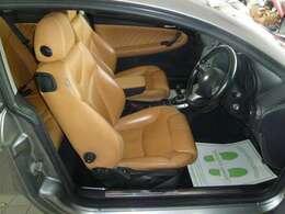 車内は、明るいカラーの本革シートとなっております!インパネ周りも魅力的です♪