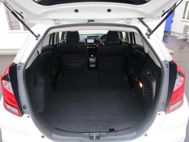荷物を入れるトランクルームも沢山の物を積むことができます!後部座席のシートを倒せば長い荷物も積めますよ!