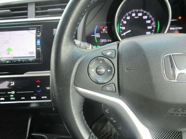ステアリングリモコンは運転中でも簡単に音量調整やチャンネル変更も出来ちゃいます!わき見運転防止にもつながるので安心ですね!