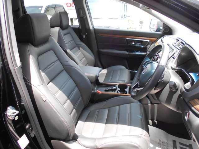 全席高級感のある本革シート。ホールド感もありながらゆったりとしたシートでロングドライブも楽々ですね。