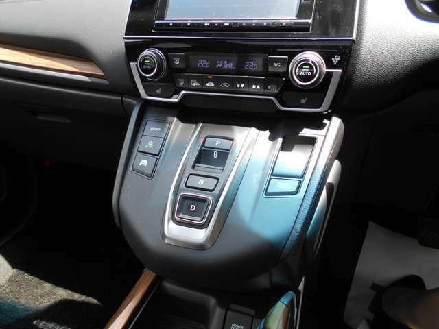 フルオートエアコンです。しかも運転席と助手席で温度設定を変えることが出来ますので両席とも快適ですね。シートヒーターもついていますので寒い季節にもポカポカです。