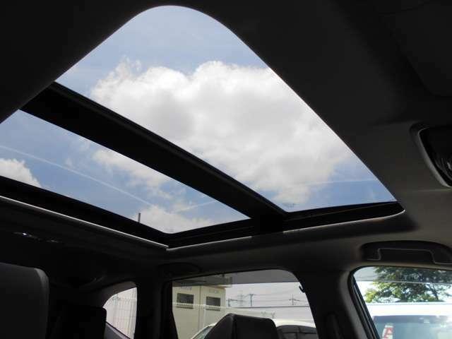 サンルーフを装備しています。開ければ空が見え、大きな解放感を感じることができます。