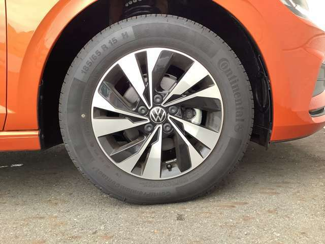 デザイン性の高い純正アルミホイールで、オシャレさやカッコよさを演出してくれます。タイヤサイズは185-65R15です。