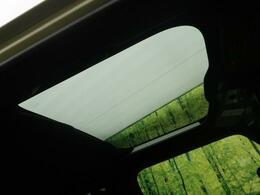 【スカイフィールルーフ】☆車内には解放感が溢れ、爽やかな太陽の穏やかな光が差し込みます☆もちろんシェードで閉めることも可能です。